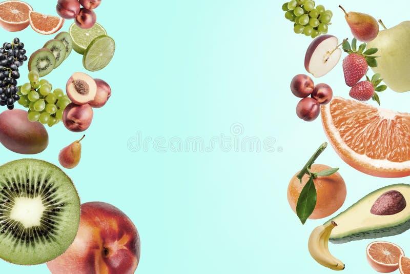 Sammans?ttning med en stor variation av olika frukter p? r?tten och v?nstra sidan av ramen St?lle f?r text i mitt fotografering för bildbyråer