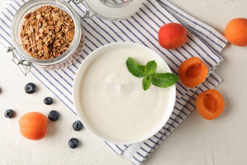 Sammansättning med granola, yoghurt och nya frukter fotografering för bildbyråer