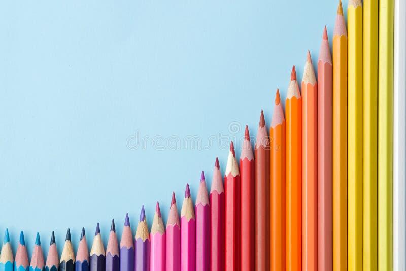 Sammansättning med kulöra blyertspennor på en ljus blå bakgrund Top beskådar Utrymme för text Ram royaltyfri fotografi
