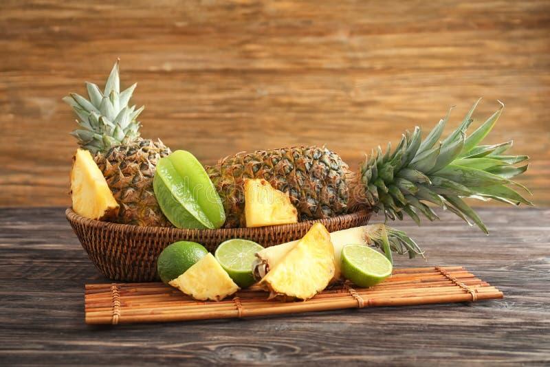 Sammansättning med mogen ny ananas på trätabellen royaltyfri fotografi