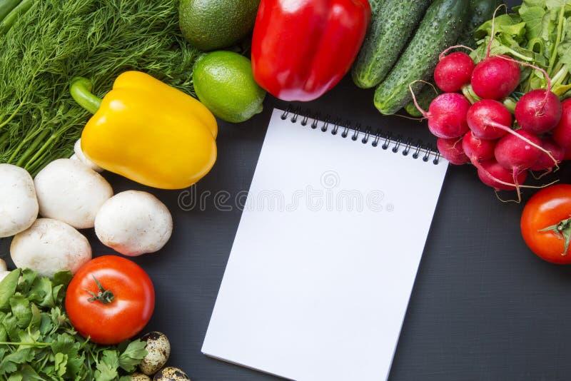 Sammansättning med olik ny organisk frukter och grönsaker och anteckningsbok royaltyfri foto