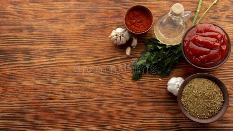 Sammansättning med olika kryddor på trätabellen fotografering för bildbyråer