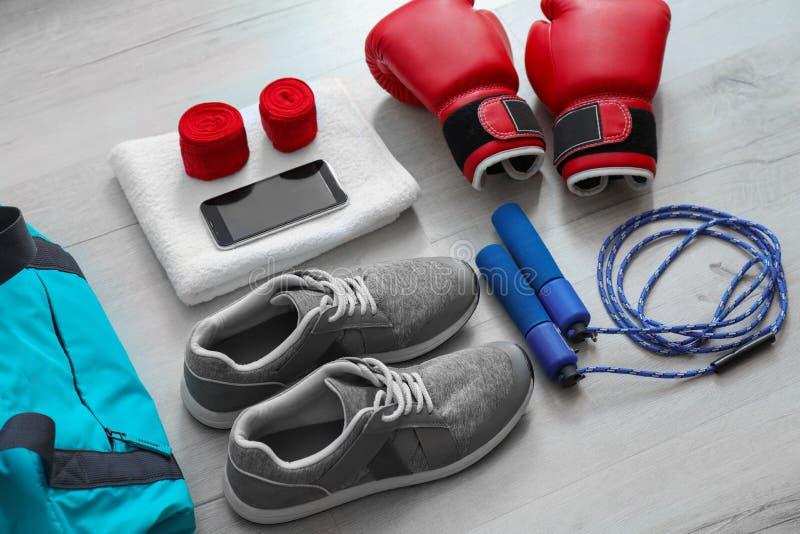 Sammansättning med sportpåsen på golv royaltyfria foton