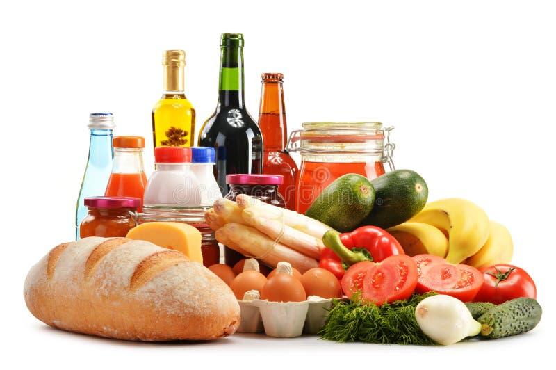 Sammansättning med variation av livsmedelsbutikprodukter på vit royaltyfria bilder