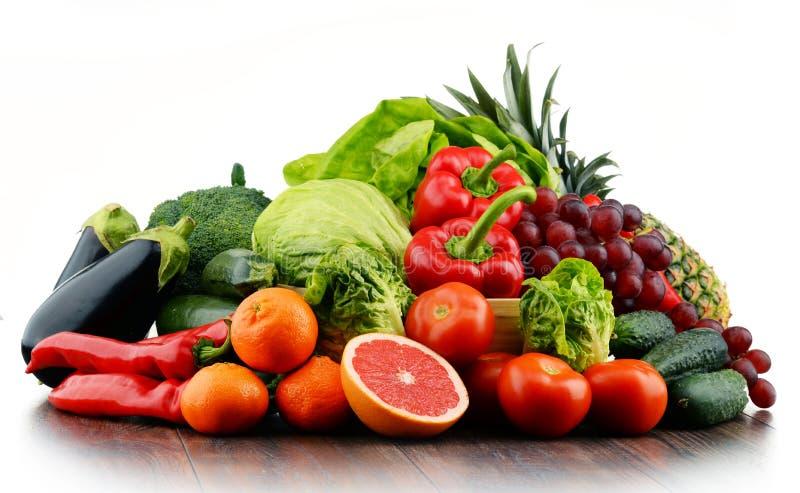 Sammansättning med variation av nya grönsaker och frukter royaltyfri foto