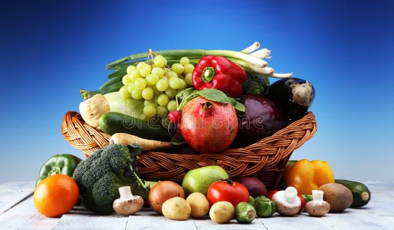 Sammansättning med variation av rå organiska grönsaker och frukter allsidigt banta arkivfoto