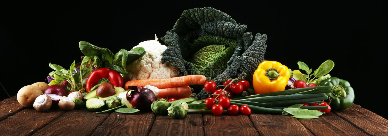 Sammansättning med variation av rå organiska grönsaker och frukter allsidigt banta arkivfoton