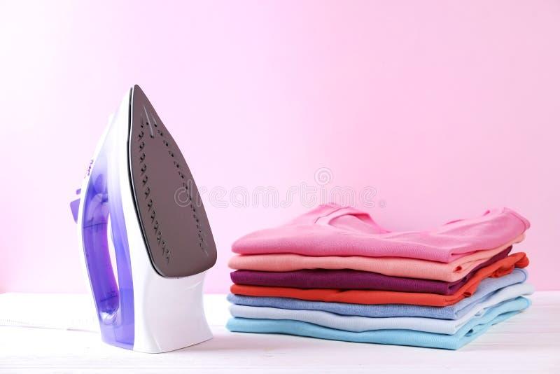 Sammansättning med vikt kläder som är unisex- för både man och kvinna, olik färg & material Hög av tvätterit, torra rena kläder royaltyfri fotografi