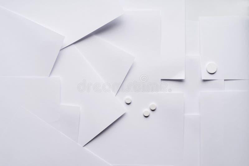 Sammansättningen av det vita arket av papper på medicinska ämnen royaltyfri bild