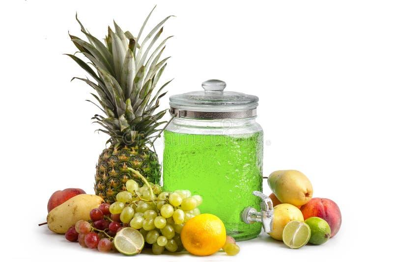 sammans?ttning av mogna saftiga frukter och en exponeringsglaskrus med lemonad Isolerad vit bakgrund arkivfoto