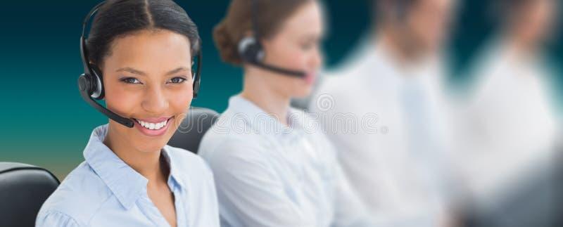 Sammansatt bild av affärsfolk med hörlurar med mikrofon genom att använda datorer royaltyfri fotografi