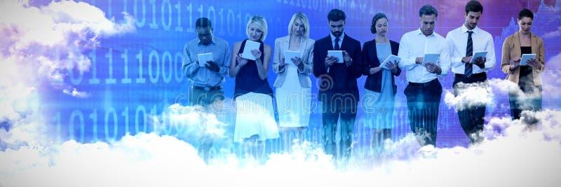 Sammansatt bild av affärsfolk som använder minnestavladatoren mot vit bakgrund arkivfoton