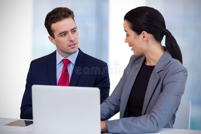 Sammansatt bild av affärsfolk som påverkar varandra mot vit bakgrund royaltyfria bilder