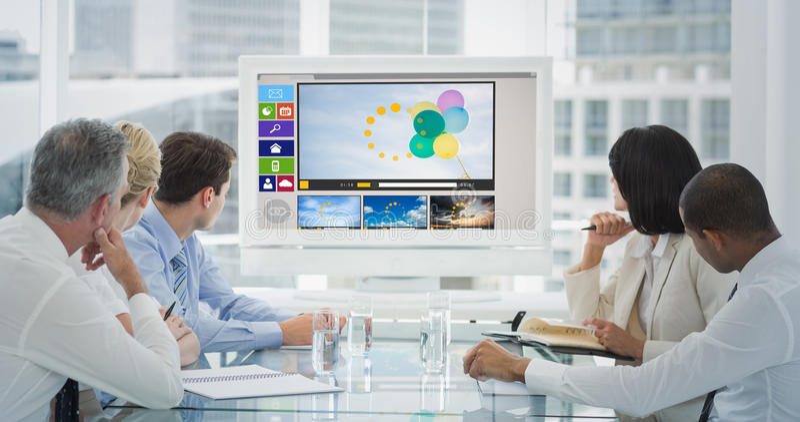 Sammansatt bild av affärsfolk som ser tom whiteboard i konferensrum arkivbild