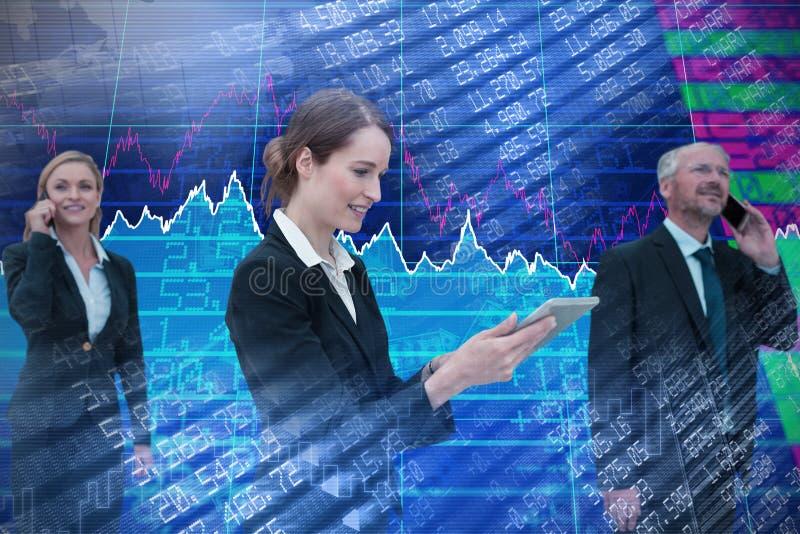 Sammansatt bild av affärskvinnan som använder minnestavlan medan kollegor som talar på telefonen arkivbilder