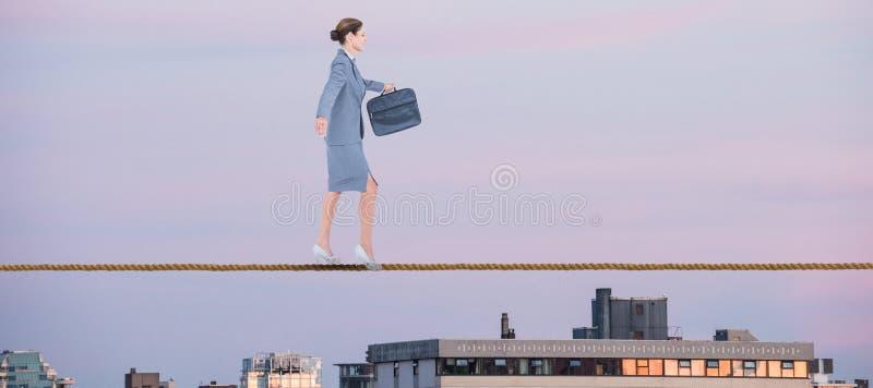 Sammansatt bild av affärskvinnan som går med portföljen över vit bakgrund arkivbilder