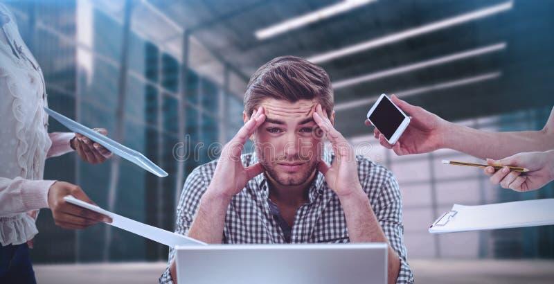 Sammansatt bild av affärsmannen som är stressad ut på arbete fotografering för bildbyråer