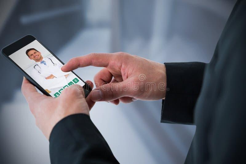 Sammansatt bild av affärsmannen som använder den smarta telefonen arkivfoton