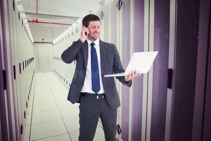 Sammansatt bild av affärsmannen som talar på den hållande bärbara datorn för telefon arkivfoton