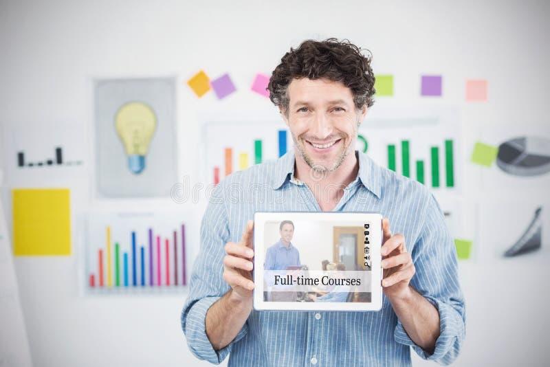 Sammansatt bild av affärsmannen som visar den digitala minnestavlan med den tomma skärmen i idérikt kontor arkivbild