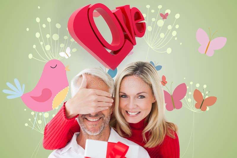 Sammansatt bild av att älska par med gåvan arkivfoton