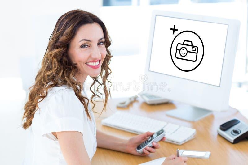 Sammansatt bild av att le affärskvinnan som ser kameran fotografering för bildbyråer