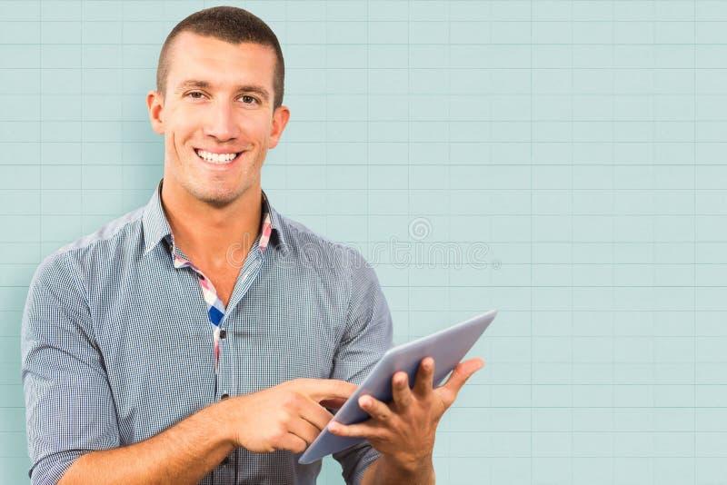 Sammansatt bild av att le affärsmannen genom att använda minnestavladatoren över vit bakgrund arkivfoton