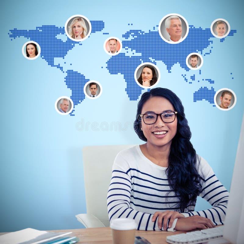 Sammansatt bild av att le asiatiskt kvinnasammanträde på skrivbordet som poserar för kamera arkivfoto