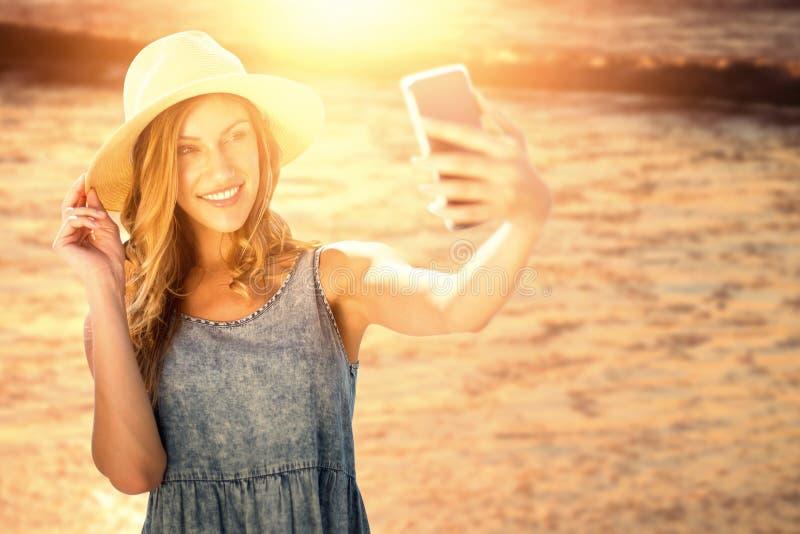 Sammansatt bild av att le flickan som tar en selfie arkivfoto