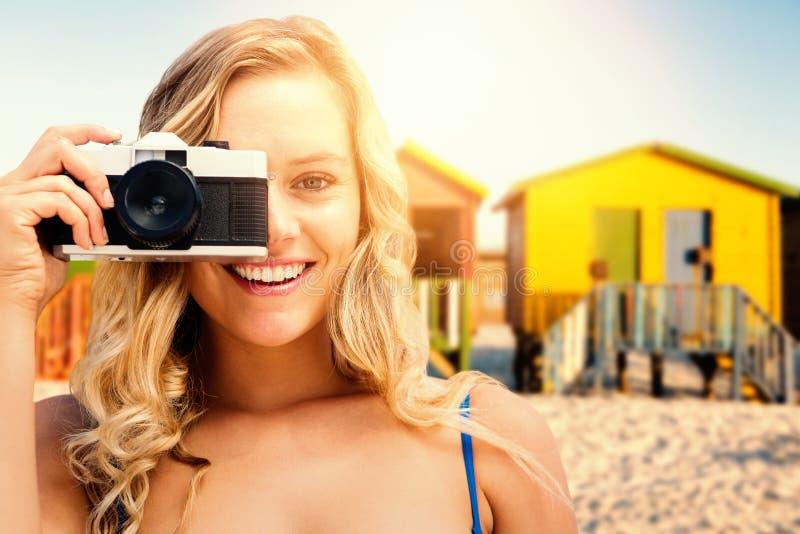 Sammansatt bild av att le flickan som tar ett foto fotografering för bildbyråer