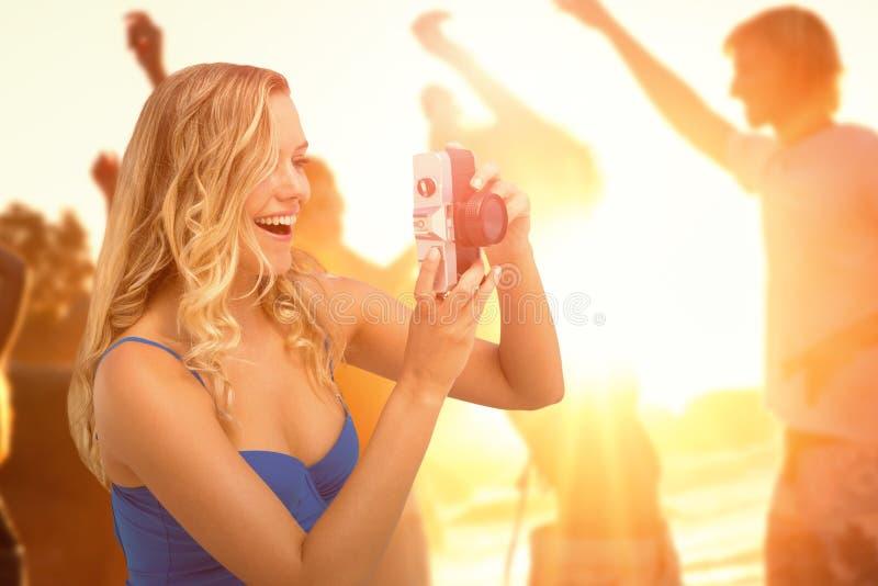 Sammansatt bild av att le flickan som tar ett foto royaltyfri fotografi