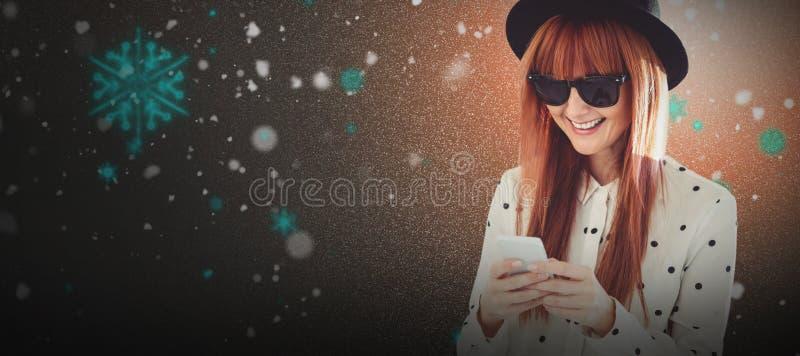 Sammansatt bild av att le hipsterkvinnan som smsar med hennes smartphone arkivbilder