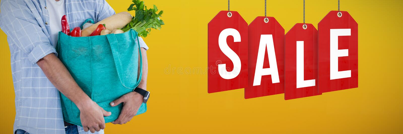 Sammansatt bild av bärande grönsaker för man i shoppingpåse mot vit bakgrund arkivfoton