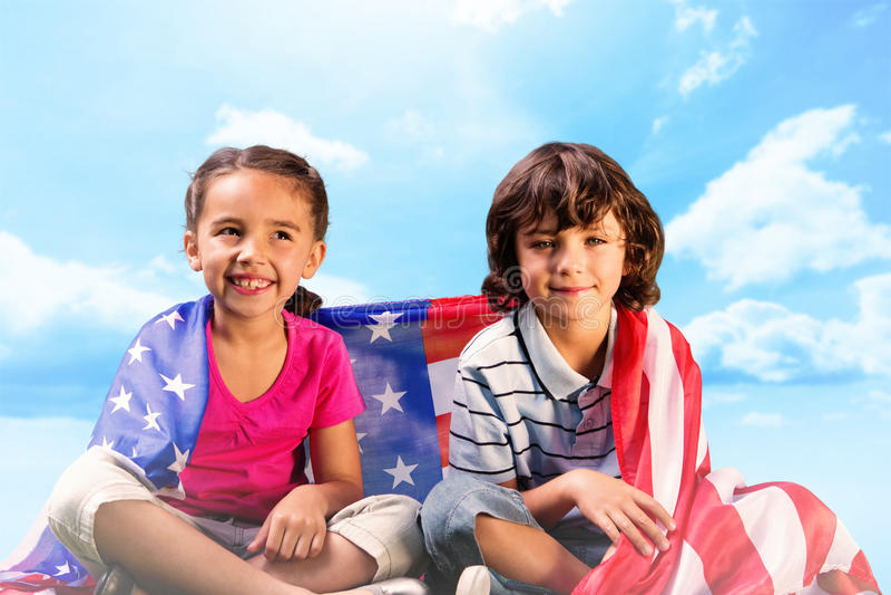Sammansatt bild av barn med amerikanska flaggan arkivfoto
