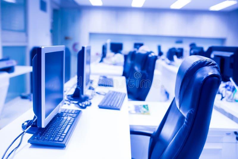 Sammansatt bild av datoren i regeringsställning eller utbildningsrum royaltyfri bild