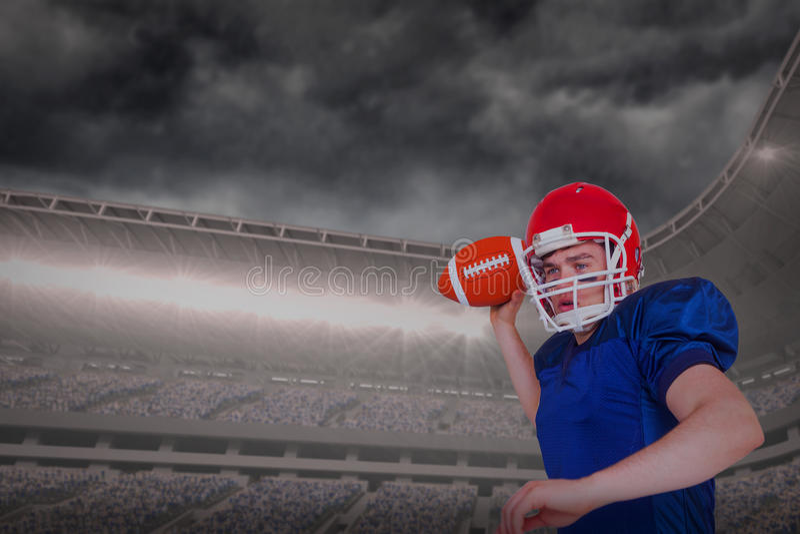 Sammansatt bild av den amerikanska fotbollsspelaren som kastar bollen royaltyfria bilder