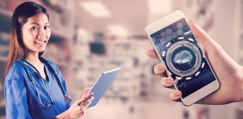 Sammansatt bild av den asiatiska sjuksköterskan som använder minnestavlan royaltyfria foton
