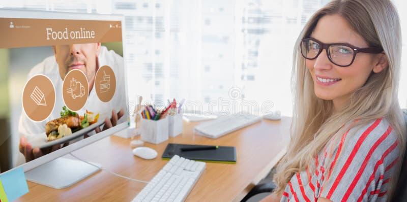 Sammansatt bild av den attraktiva fotoredaktören som arbetar på datoren fotografering för bildbyråer