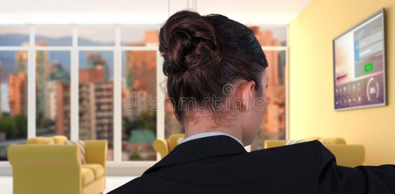Sammansatt bild av den bakre sikten av affärskvinnan som använder den digitala skärmen fotografering för bildbyråer