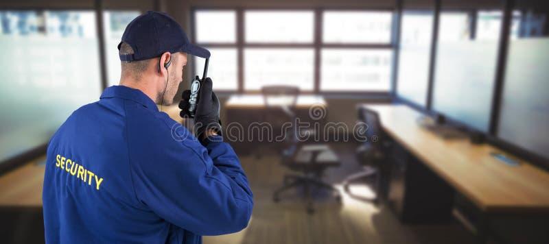 Sammansatt bild av den bakre sikten av den fokuserade skyddschefen som talar på walkietalkie royaltyfria foton