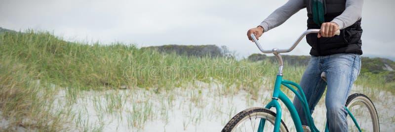 Sammansatt bild av den digitala komposit av den stiliga mannen på en cykelritt royaltyfri bild