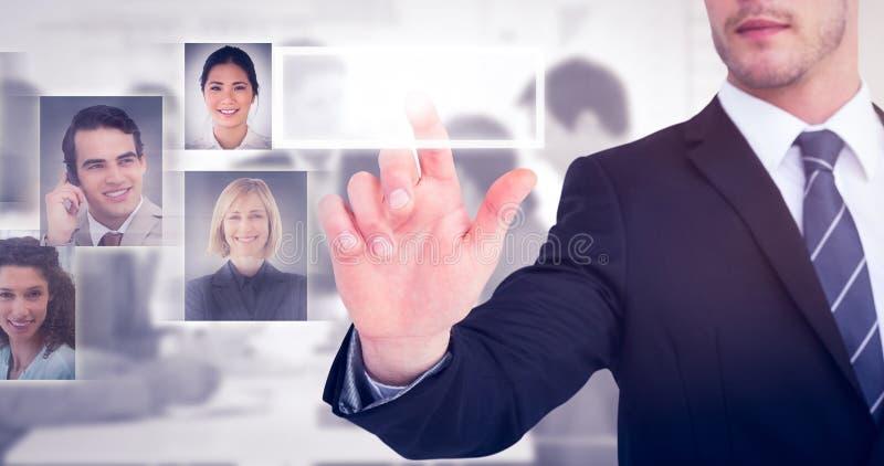 Sammansatt bild av den fokuserade affärsmannen som pekar med hans finger arkivfoto
