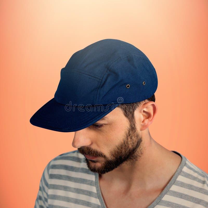 Sammansatt bild av den fundersamma unga mannen som ser ner över vit bakgrund royaltyfri fotografi