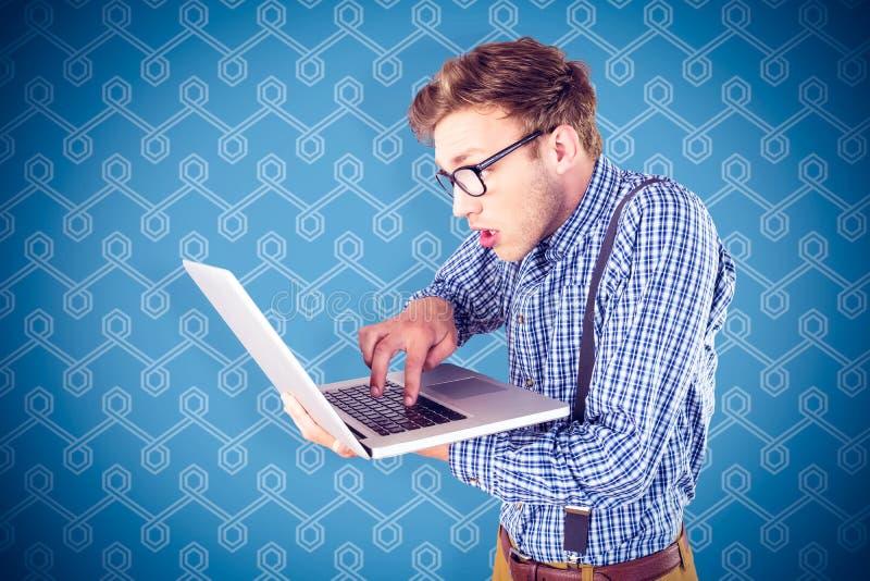 Sammansatt bild av den geeky affärsmannen som använder hans bärbar dator royaltyfri fotografi