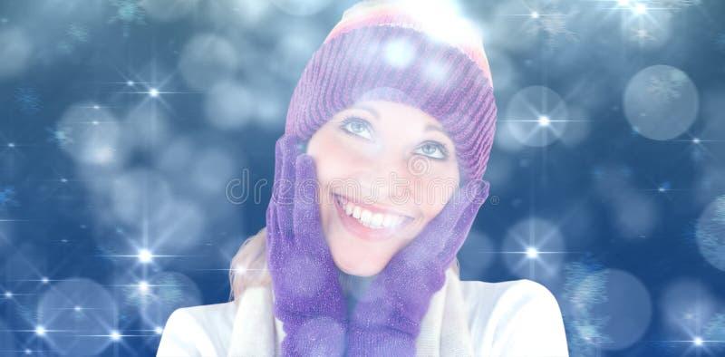 Sammansatt bild av den gladlynta unga kvinnan med locket och handskar i vintern royaltyfri bild