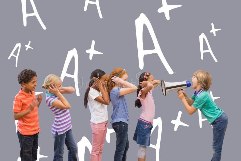 Sammansatt bild av den gulliga eleven som ropar i klassrum arkivfoto