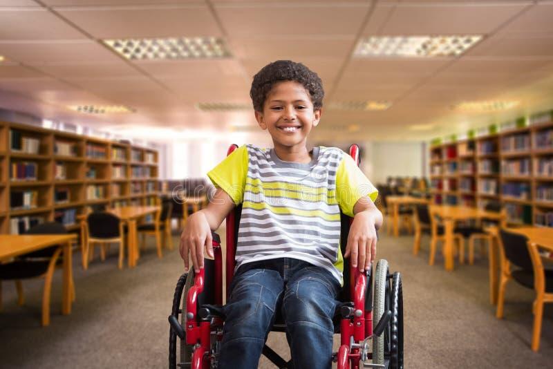 Sammansatt bild av den gulliga rörelsehindrade eleven som ler på kameran i korridor royaltyfri fotografi