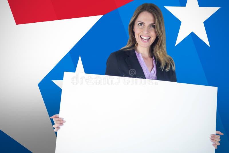 Sammansatt bild av den härliga affischtavlan för affärskvinnainnehavmellanrum över vit bakgrund arkivfoton