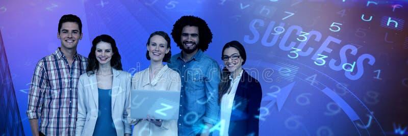 Sammansatt bild av den hållande bärbara datorn för affärskvinna, medan stå med kollegor mot den vita backgroen royaltyfria bilder