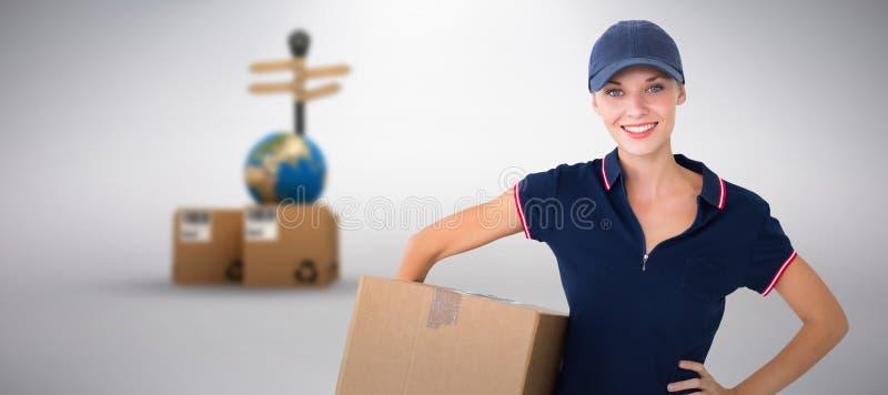Sammansatt bild av den hållande kartongen för lycklig leveranskvinna arkivbilder